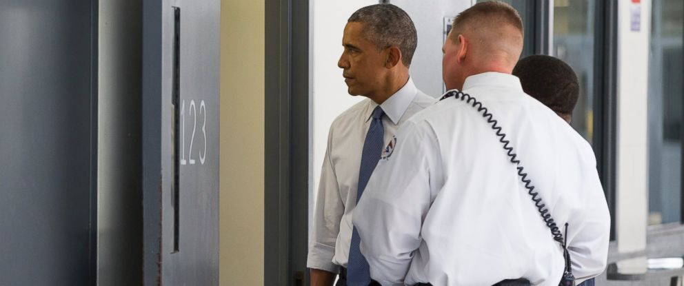 PHOTO: President Barack Obama looks inside a cell alongside Bureau of Prisons Director Charles Samuels, right, and correctional officer Ronald Warlick during a visit to the El Reno Federal Correctional Institution, July 16, 2015, in El Reno, Okla.