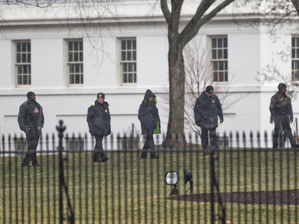 PHOTO: Members of the Secret Service search the grounds of the North Lawn of the White House in Washington, Jan. 26, 2015.