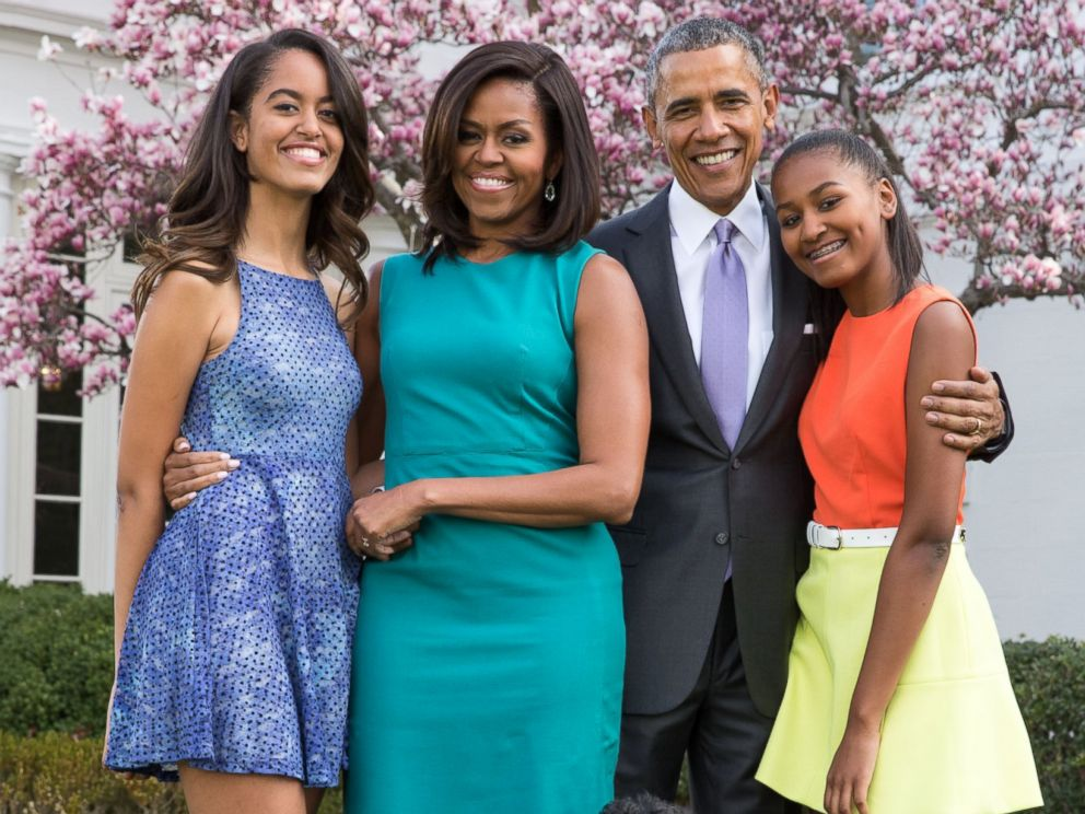 PHOTO: U.S. President Barack Obama, First Lady Michelle Obama, and daughters Malia (L) and Sasha (R) pose for a family portrait with their pets Bo and Sunny in the Rose Garden of the White House on Easter Sunday, April 5, 2015, in Washington.