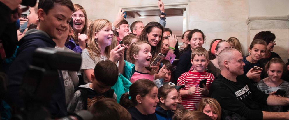 PHOTO: The crowd reacts as President Donald Trump surprises visitors during the official reopening of public tours at the White House in Washington, March 7, 2017.