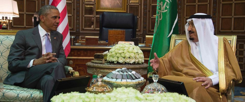 PHOTO:U.S. President Barack Obama speaks with King Salman bin Abdulaziz al-Saud of Saudi Arabia at Erga Palace in Riyadh, on April 20, 2016.