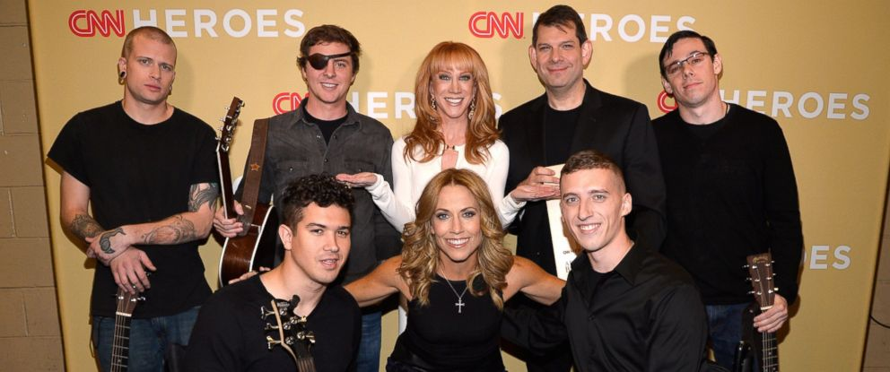 PHOTO: Kathy Griffin, Sheryl Crow and MusiCorps pose backstage during the 2014 CNN Heroes: An All Star Tribute, Nov. 18, 2014 in New York City.