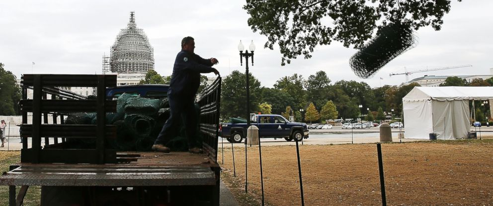 PHOTO: A U.S. Capitol grounds worker unloads crowd control fencing to be installed in preparation of Pope Francis visit this week on Sept. 21, 2015 in Washington, D.C.