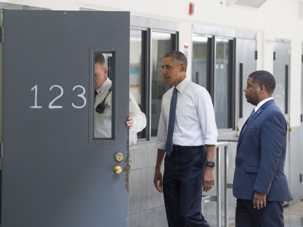 PHOTO: US President Barack Obama, Charles Samuels, right, Bureau of Prisons Director, and Ronald Warlick, left, a correctional officer, looks at a prison cell as he tours the El Reno Federal Correctional Institution, July 16, 2015, in El Reno, Okla.