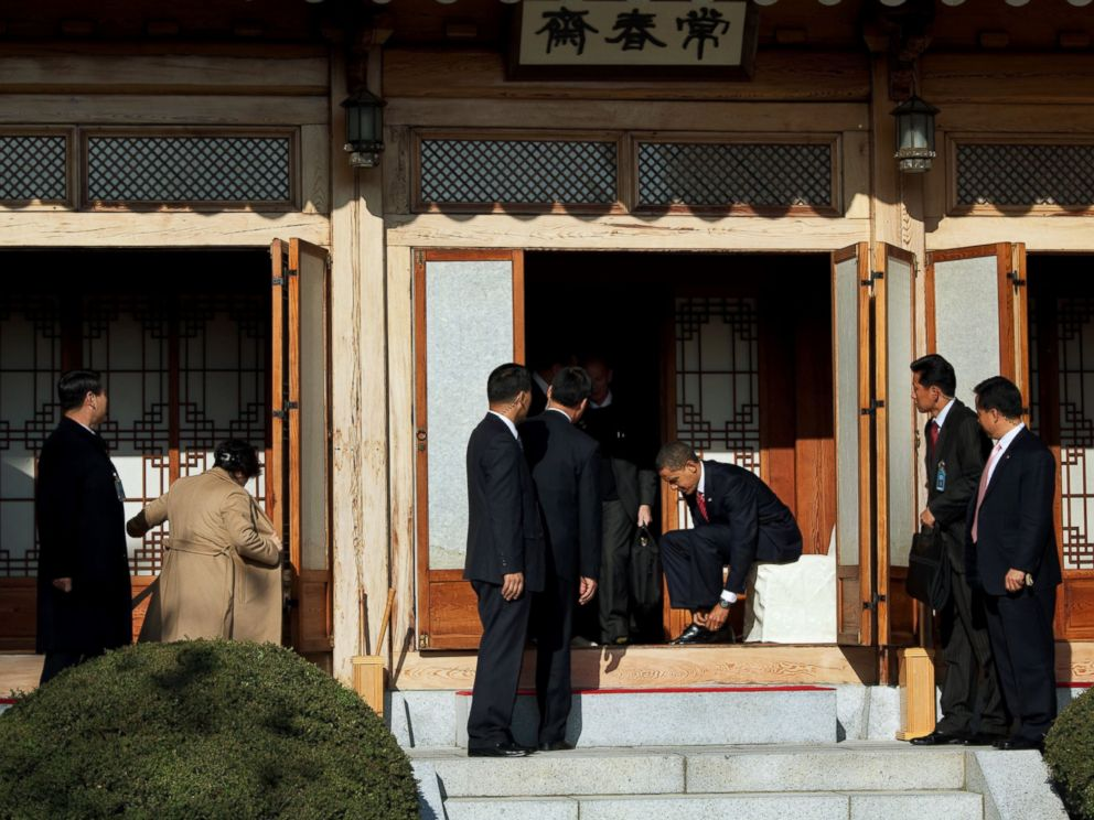 PHOTO: President Barack Obama puts his shoes back on after an official luncheon with South Korean President Lee Myung-bak at the Blue House in Seoul, South Korea, Nov. 19, 2009.