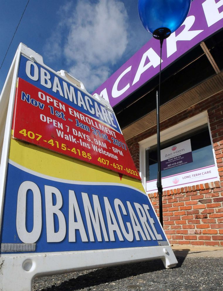 PHOTO: Balloons and Obamacare signs are seen outside an insurance office in Orlando, Fla., Dec. 15, 2016.