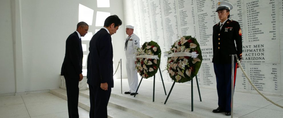 PHOTO: Japanese Prime Minister Shinzo Abe and U.S. President Barack Obama participate in a wreath-laying ceremony aboard the USS Arizona Memorial at Pearl Harbor, Hawaii, December 27, 2016.