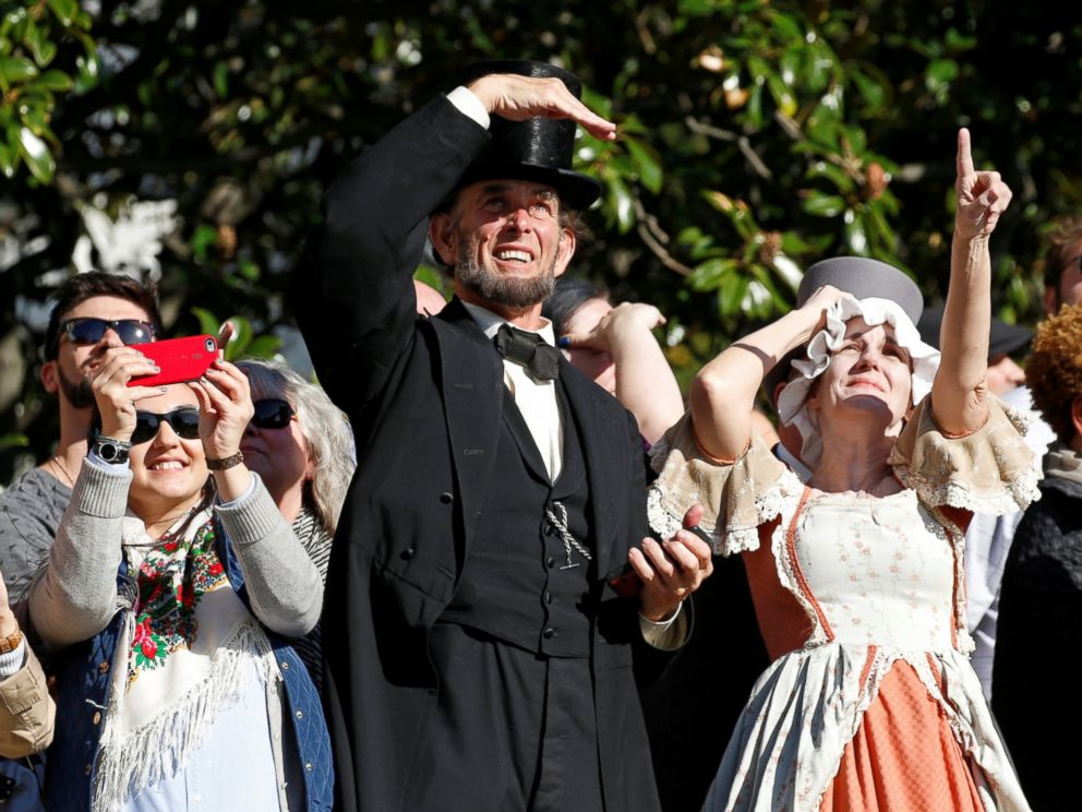 PHOTO: Actors dressed as President Abraham Lincoln, center, and first lady Abigail Adams, right, look up as they watch President Barack Obama depart the White House aboard Marine One in Washington, D.C. October 28, 2016.