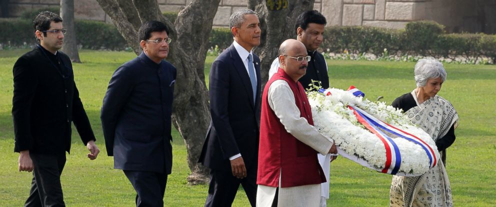 PHOTO: President Barack Obama, center, arrives to place a wreath at the Mahatma Gandhi memorial at Rajghat in New Delhi Jan. 25, 2015.