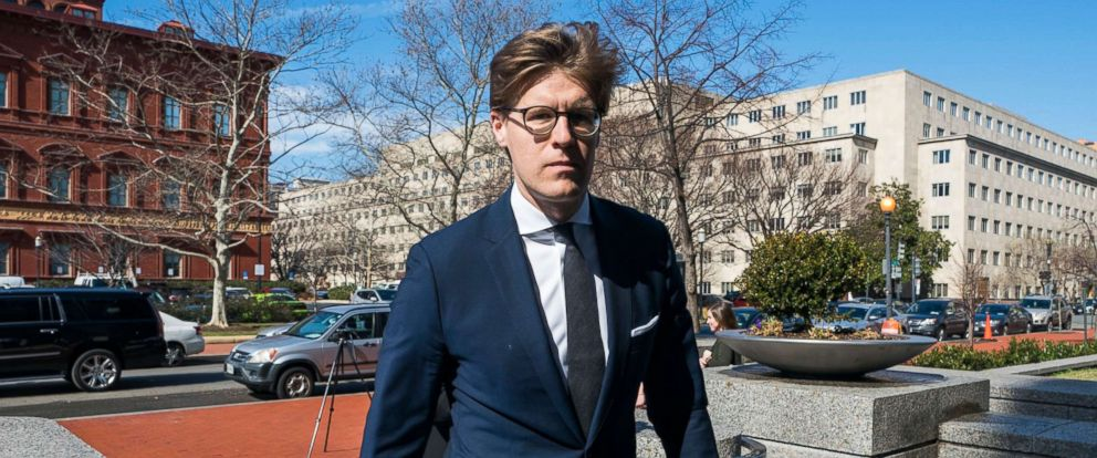 PHOTO: Attorney Alex Van Der Zwaan walks into the Washington field office of the FBI for processing before offering his plea at the Federal courthouse to making false statements to federal investigators in Washington, Feb. 20, 2018.