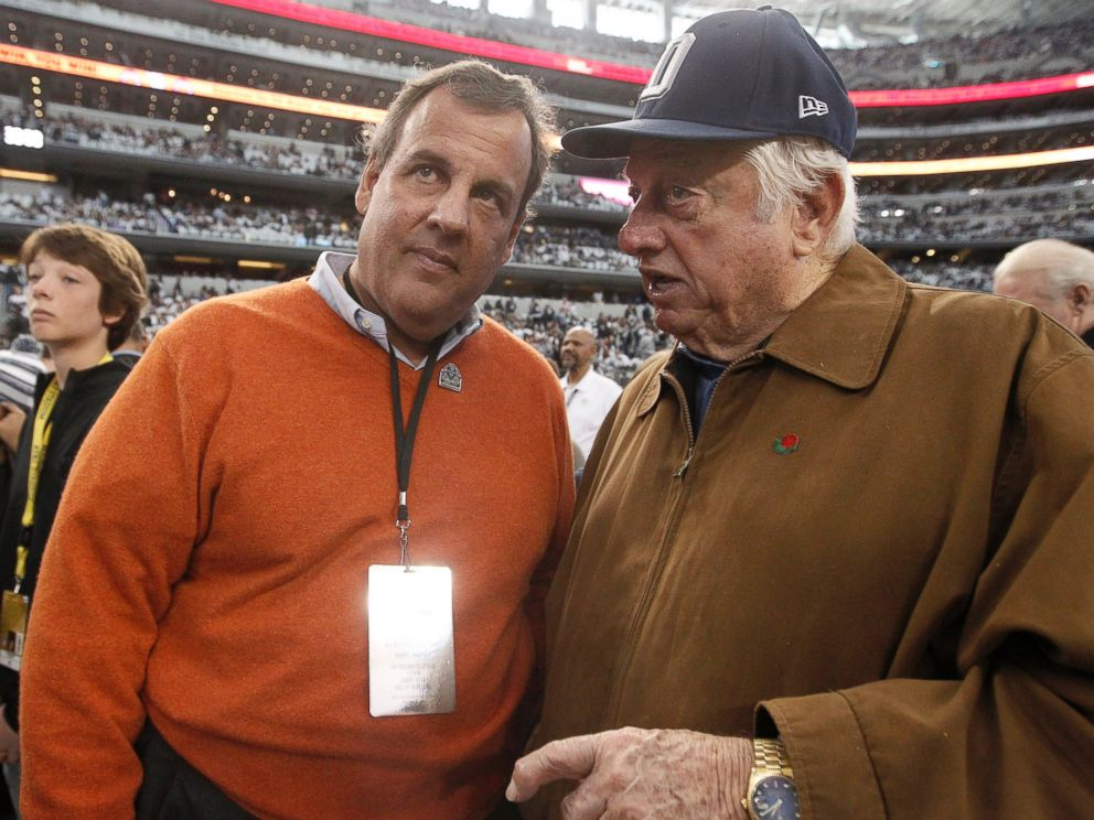 PHOTO: New Jersey Governor Chris Christie and former Los Angeles Dodgers manager Tommy Lasorda talk on the sideline before an NFL wildcard playoff football game between the Dallas Cowboys and the Detroit Lions in Arlington, Texas, Jan. 4, 2015.