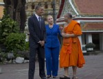 PHOTO:U.S. President Barack Obama, left, and U.S. Secretary of State Hillary Rodham Clinton, center, tour the Wat Pho Royal Monastery with Chaokun Suthee Thammanuwat, Dean, Faculty of Buddhism Assistant to the Abbot of Wat Phra Chetuphon, in Bangkok, Tha