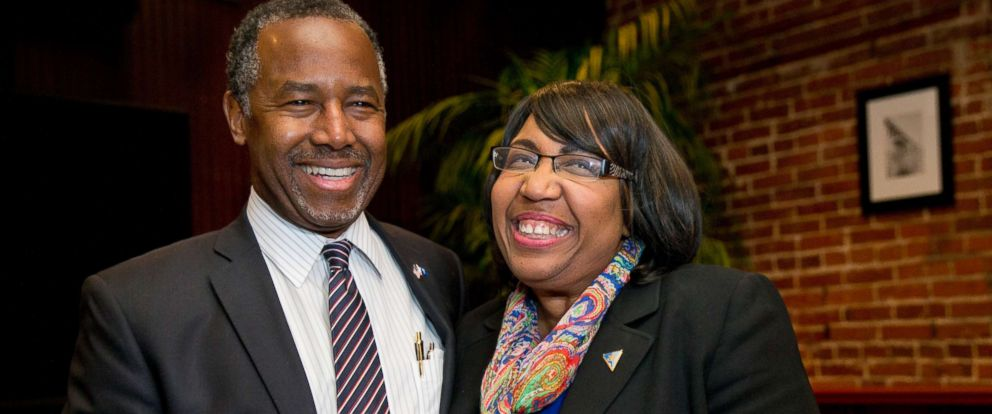 PHOTO: Ben Carson spends a moment with his wife Candy Carson as she arrives for a Valentines Day dinner at the Blue Marlin restaurant in Columbia, S.C., Feb. 14, 2016.