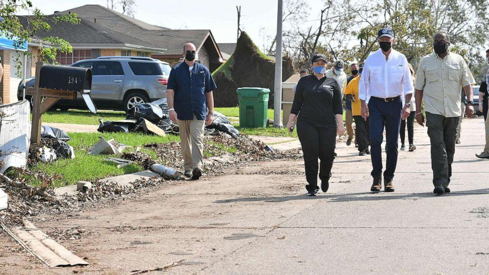 FOTO: El presidente Joe Biden camina en la calle del vecindario de Cambridge afectado por el huracán Ida, en LaPlace, Luisiana, el 3 de septiembre de 2021.