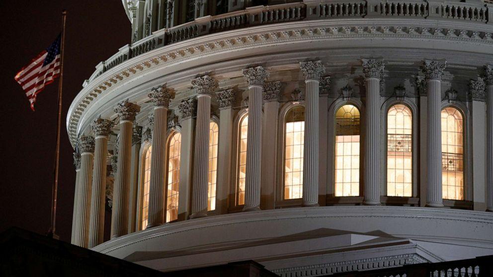 Legisladores de la Cámara se apresuran a regresar a Washington para votar sobre un proyecto de ley de ayuda de $ 484 mil millones