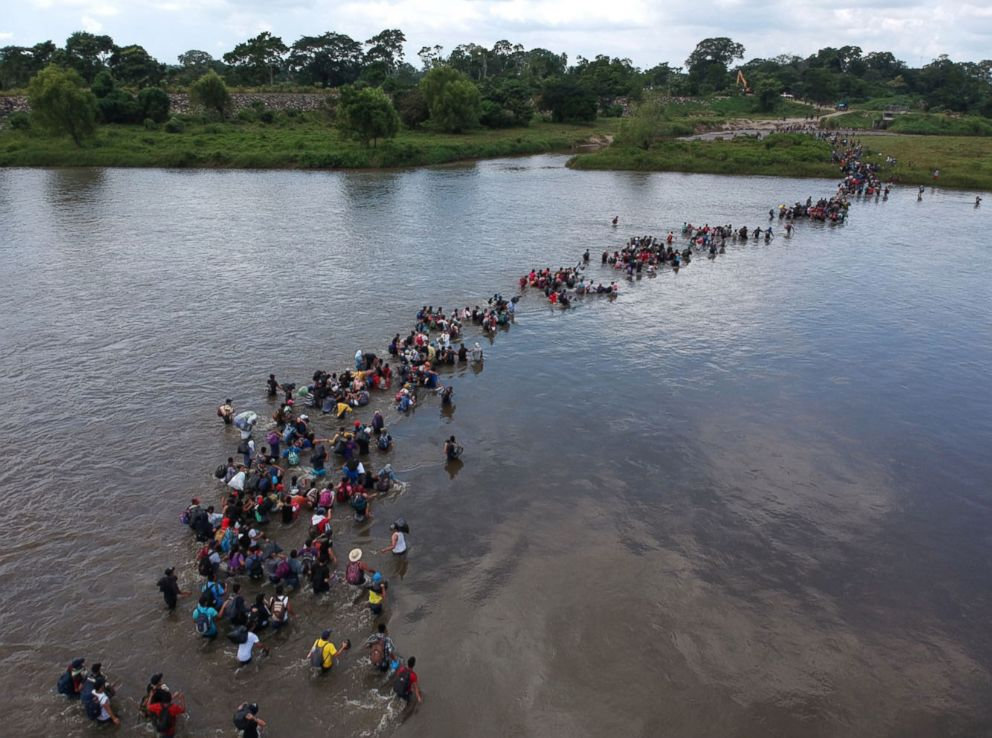 PHOTO: Salvadorean migrants heading in a caravan to the US cross the Suchiate River to Mexico, Nov. 2, 2018.