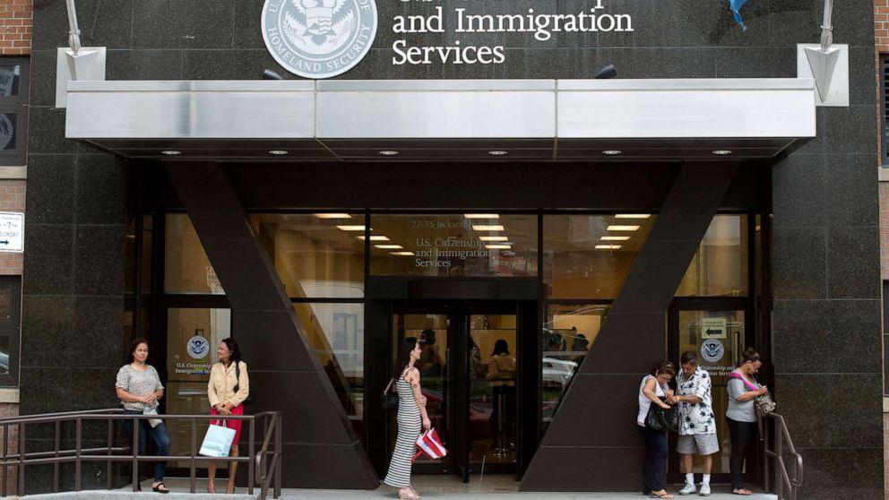 Mahkamah agung memungkinkan aturan untuk berpaling imigran yang mungkin membutuhkan bantuan publik
