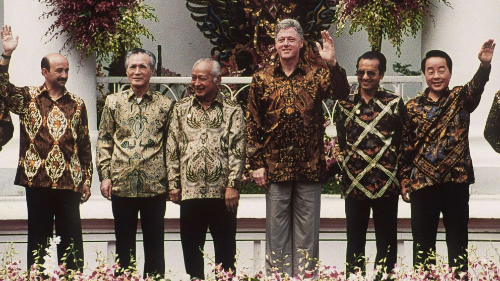 Host and Indonesian president, Suharto (3rd L), poses with Mexican President Carlos Salinas, Japanese Prime Minister Tomiichi Murayama, U.S. President Bill Clinton, Malaysian Prime Minister Mahathir Mohamad, and South Korean President Kim Young-sam for a group photo during the 6th APEC summit in Bogar, Indonesia, Nov. 15, 1994.