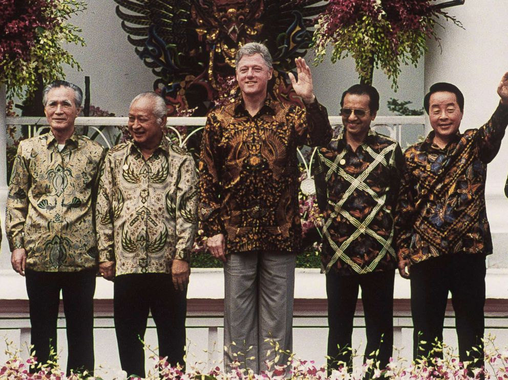 PHOTO: President Bill Clintonposes for a group photo during the 6th APEC summit in Bogar, Indonesia, Nov. 15, 1994.