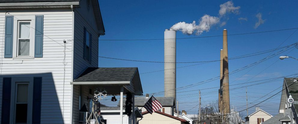 PHOTO: The FirstEnergy Corp. W.H. Sammis Plant coal-fired power plant stands behind houses in Stratton, Ohio, Dec. 6, 2017.