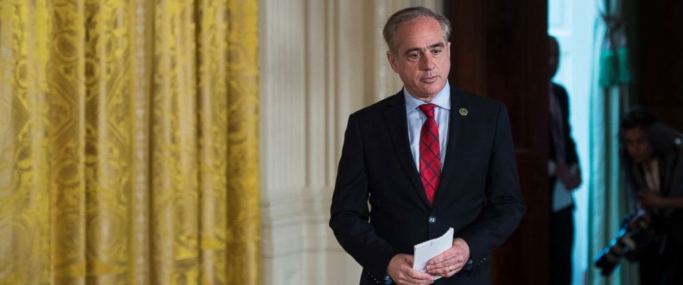 PHOTO: Secretary of Veterans Affairs David Shulkin arrives in the East Room of the White House in Washington, June 23, 2017.