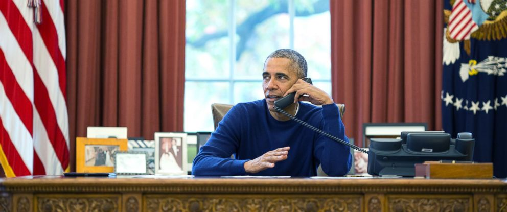 PHOTO: President Barack Obama makes Thanksgiving Day phone calls from the Oval Office to U.S. troops stationed around the world, Nov. 24, 2016.