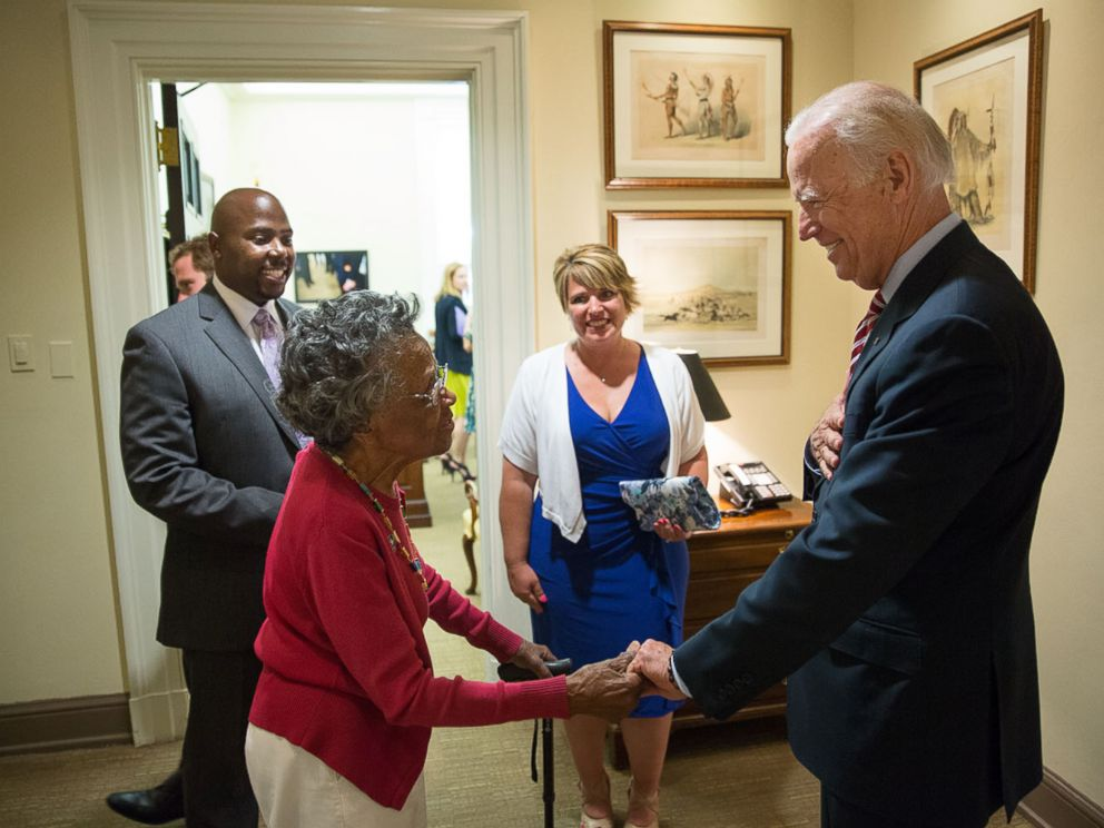 PHOTO: Vice President Joe Biden says goodbye to Vivian Bailey in the hallway outside his West Wing office, May 26, 2015.