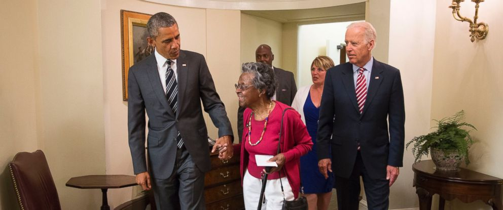 PHOTO: President Barack Obama welcomes Vivian Bailey, escorted by Vice President Joe Biden just outside the Oval Office, May 26, 2015.
