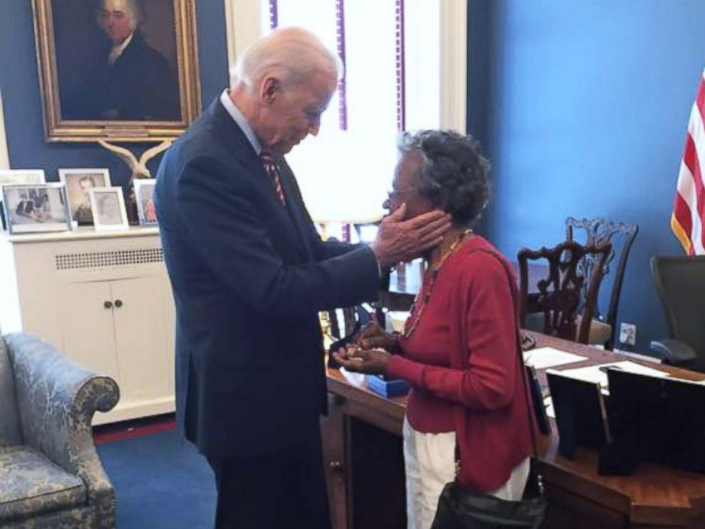 PHOTO: Vice President Joe Biden speaks with 97-year-old Vivian Bailey at the White House on May 26, 2015.