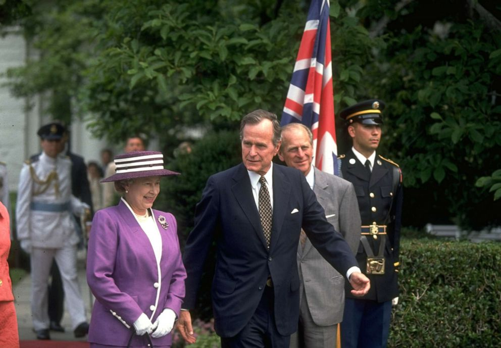 PHOTO: President George H.W. Bush greets Queen Elizabeth at the White House, May 14, 1991.
