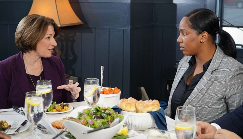 PHOTO: 2020 Democratic presidential candidate Amy Klobuchar talks with voter Lianne Hughes-Odom, during a dinner with ABC News Byron Pitts and and two other undecided voters at a restaurant in Bedford, N.H.