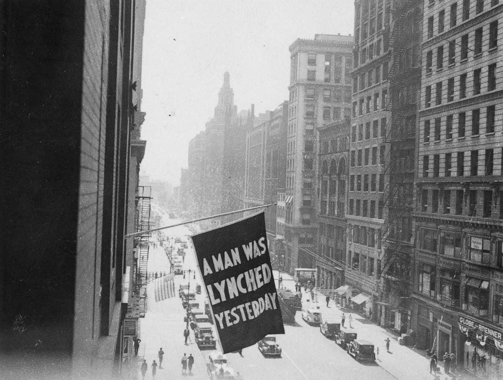 PHOTO: A flag announces a lynching from the NAACP headquarters on Fifth Avenue in New York City in 1936.