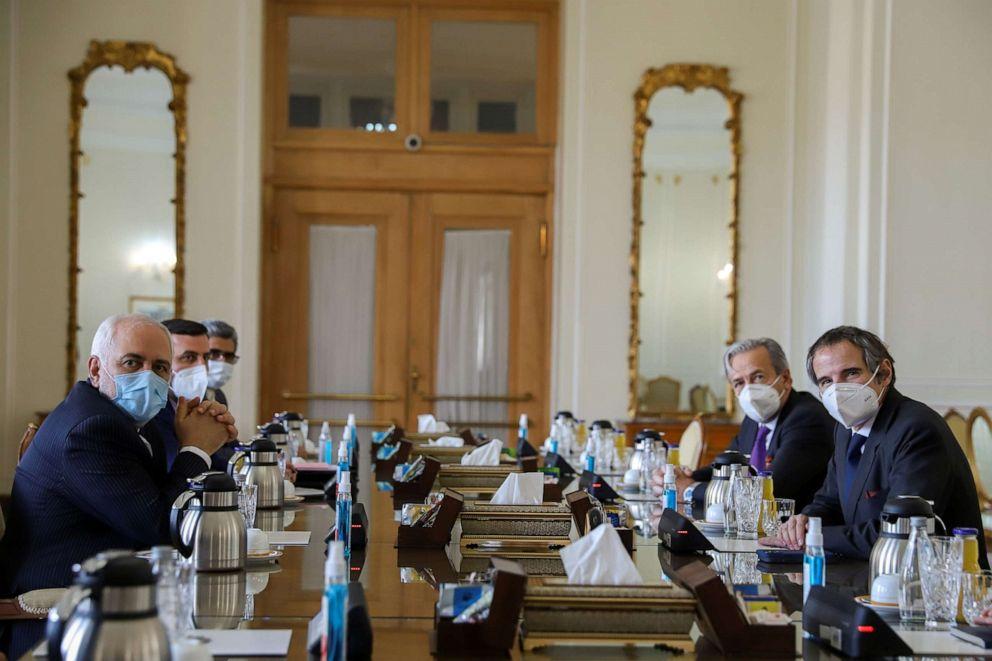 ФОТО: Министр иностранных дел Ирана Мохаммад Джавад Зариф встречается с генеральным директором Международного агентства по атомной энергии Рафаэлем Гросси в Тегеране, Иран, 21 февраля 2021 года.