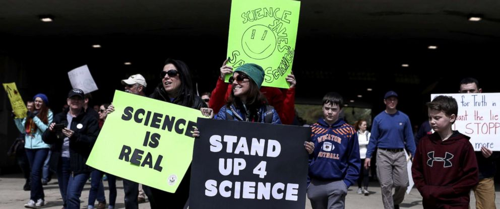 PHOTO: Tens of thousands participate in the March for Science in Chicago, April 22, 2017.