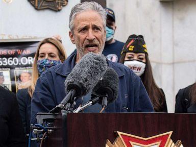 Jon Stewart, anggota parlemen meniadakan undang-undang untuk mendukung para veteran yang terkena dampak lubang pembakaran thumbnail