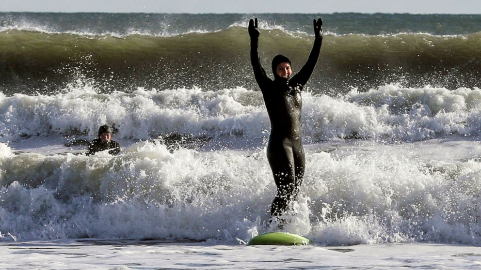 Tulsi Gabbard surfs and pitches sports in an appeal to voters thumbnail