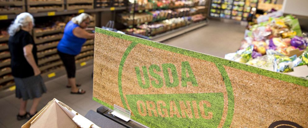 """PHOTO: A """"USDA Organic"""" is displayed in the produce department at an Aldi Stores Ltd. food market in Chicago, Illinois, Aug. 1, 2017."""