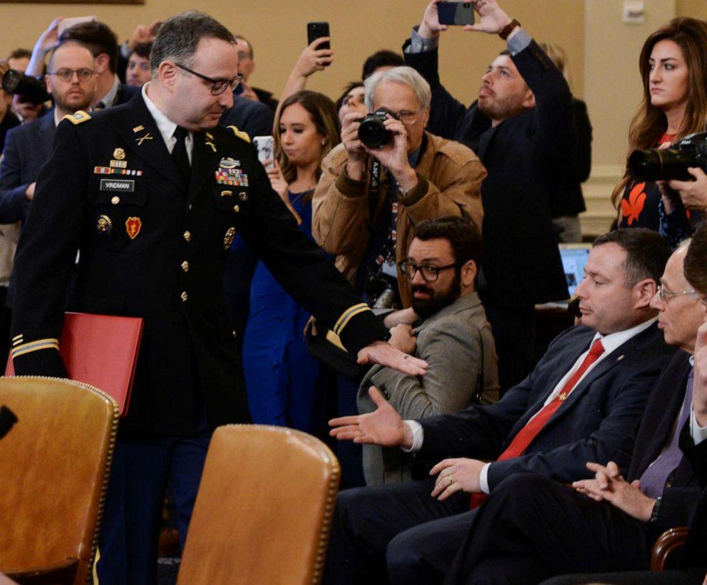 FOTO: Överst Överste Alexander Vindman hälsar sin tvillingbror Yevgeny Vindman som sitter i publiken när Vindman anländer till vittnesbörd som en del av undersökningen om presidenten Donald Trump på Capitol Hill i Washington, DC, Nov. 19, 2019.