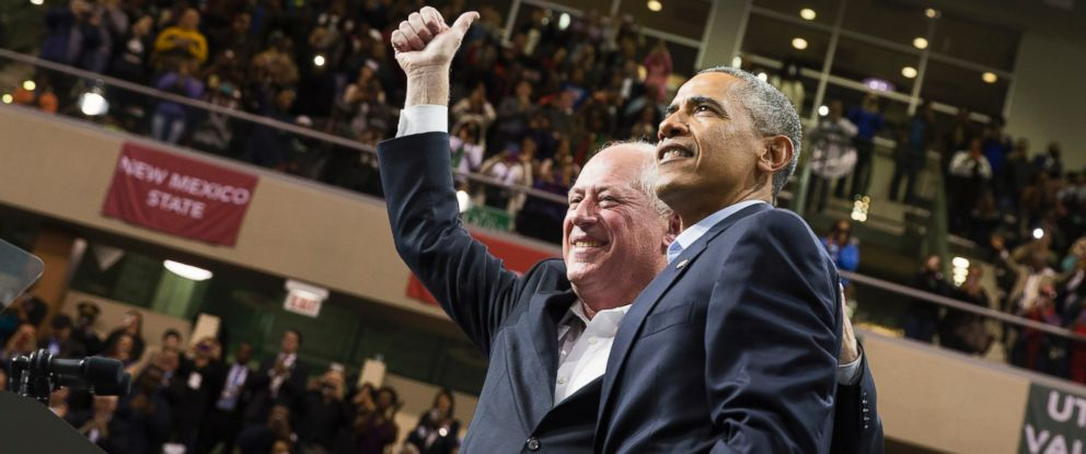 PHOTO: President Barack Obama, right, stands with Illinois Gov. Pat Quinn, left, during a campaign rally at Chicago State University in Chicago on Oct. 19, 2014.