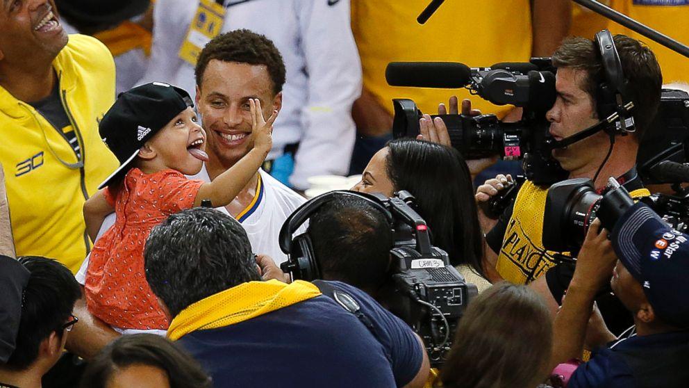 Với con gái Riley, Stephen Curry tỏ ra hối tiếc vì hành động năm 2015