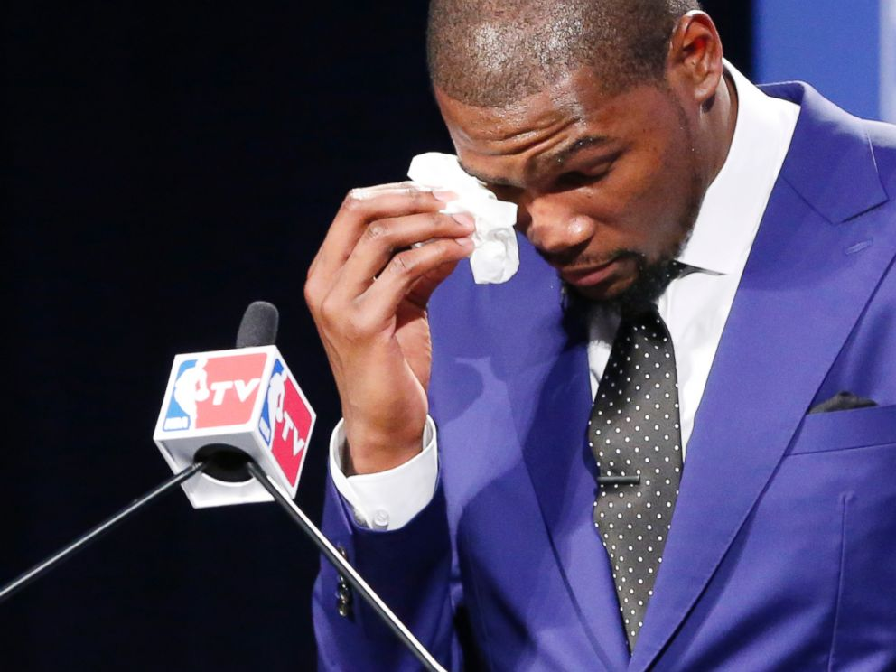 PHOTO: Oklahoma City Thunders Kevin Durant wipes away tears as he speaks during a news conference to announce that Durant is the winner of the 2013-14 Kia NBA Basketball Most Value Player Award in Oklahoma City, May 6, 2014.