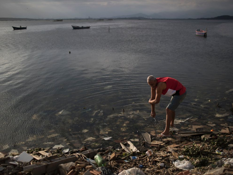 PHOTO: A man washes himself in the polluted waters of Guanabara Bay in Rio de Janeiro, Brazil, July 30, 2016.