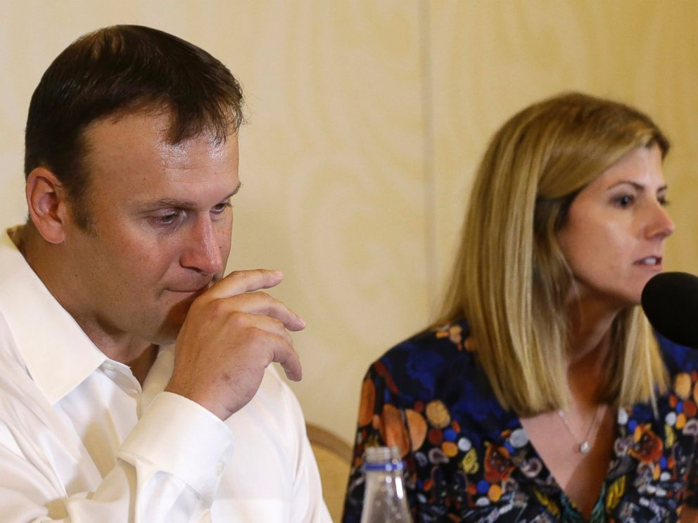 PHOTO: Former Miami Dolphins fullback Rob Konrad, left, listens while his wife Tammy, right, responds to a question during a news conference, Jan. 12, 2015, in Plantation, Fla.