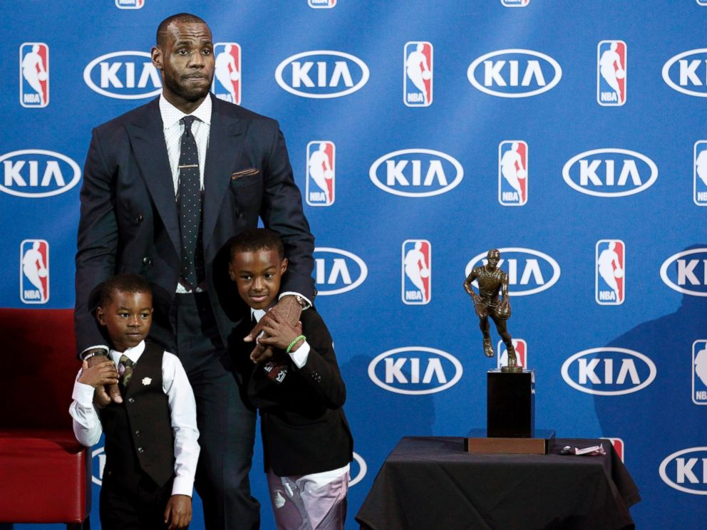 PHOTO LeBron James Stands With His Sons Bryce Left And Jr