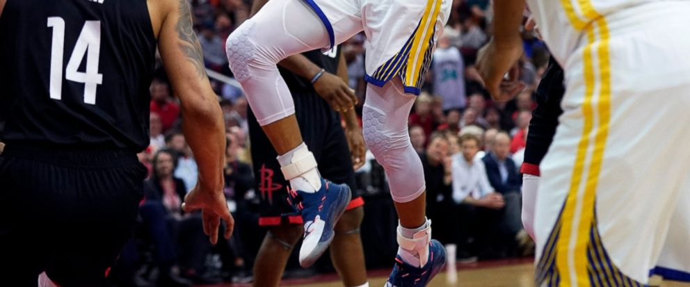 Golden State Warriors Stephen Curry, center, shoots as Houston Rockets Gerald Green (14) defends during the first half of an NBA basketball game, Wednesday, March 13, 2019, in Houston. (AP Photo/David J. Phillip)