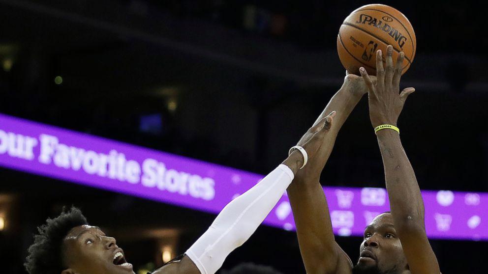 El alero de los Warriors de Golden State, Kevin Durant (35), hace un tiro a la canasta sobre la marcación del escolta del Heat de Miami, Josh Richardson, mientras el escolta Dwyane Wade (3) observa, durante la segunda mitad de un juego de la NBA, el domingo 10 de febrero de 2019, en Oakland, California. (AP Foto/Ben Margot)