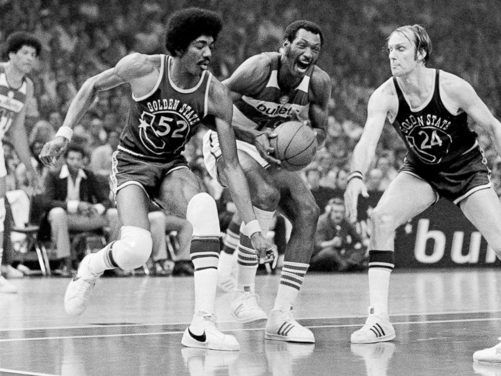 PHOTO: Washington Bullets Elvin Hayes, center, in the first game of the NBA Championship series at Capital Centre, Landover, Md., May 19, 1975.