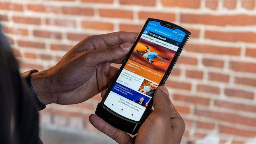 Best Flip Phones 2020.Motorola Relaunching Its Iconic Razr Flip Phone Abc News