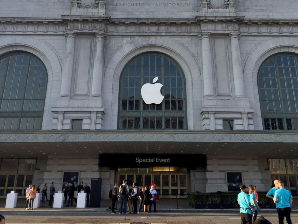 PHOTO: People wait for the latest Apple Event in San Francisco, Sept. 7, 2016.