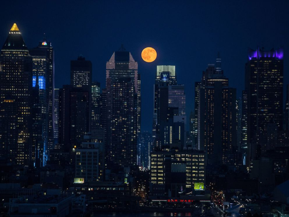 PHOTO: The full moon rises above the skyscrapers in New York, June 20, 2016.